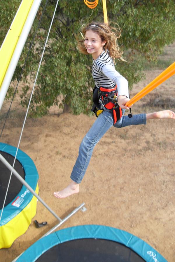 Jeune fille sur un bungy trampoline