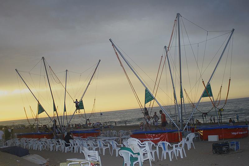 bungy trampoline sur la plage