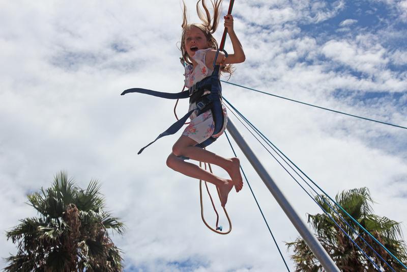 jeune fille sautant sur un bungy trampoline