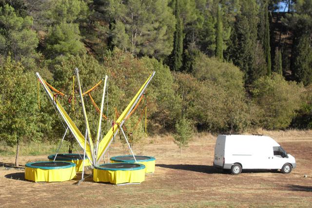vue d'un bungy trampoline quatre places