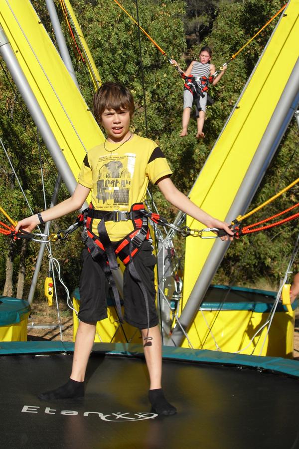 jeune garçon sur un bungy trampoline